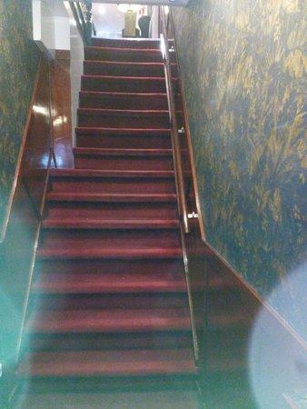 Hotel Monopole: Diese Treppe muss man überwinden.