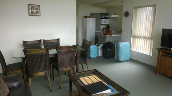 Oceans Resort Whitianga: Living/Kitchen area