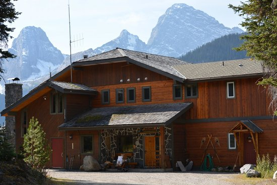 Mount Engadine Lodge: Front of the lodge