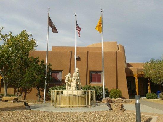Indian Pueblo Cultural Center : Monumento a la entrada del Museo representa un guerrero indio y un soldado contemporáneo.