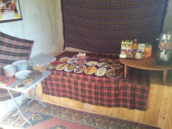 Falcon Cave Suites: Desayuno en el Hotel