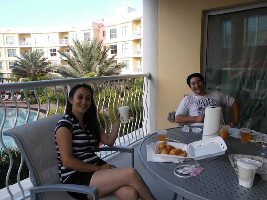 Melia Orlando Suite Hotel at Celebration: Desayuno con vista a la piscina