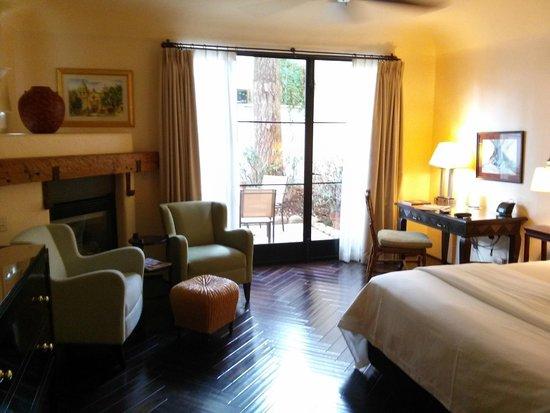 Spanish Garden Inn : Spacious king room with terrace