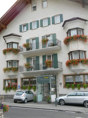 Hotel Garni Planaces: cute balconies overlook main street