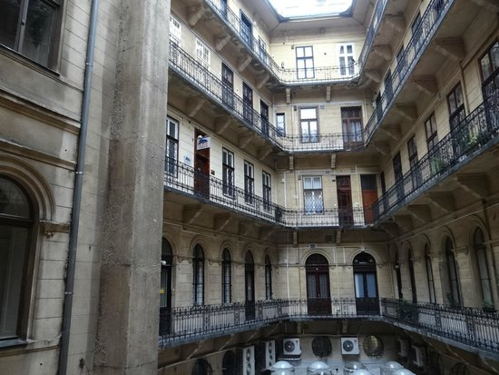 Leo Panzio Hotel: The internal courtyard showing the hotel entrance on the second floor