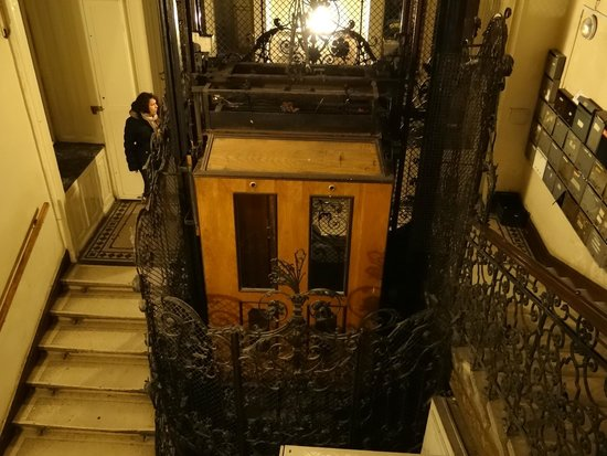Leo Panzio Hotel: The lift for the building
