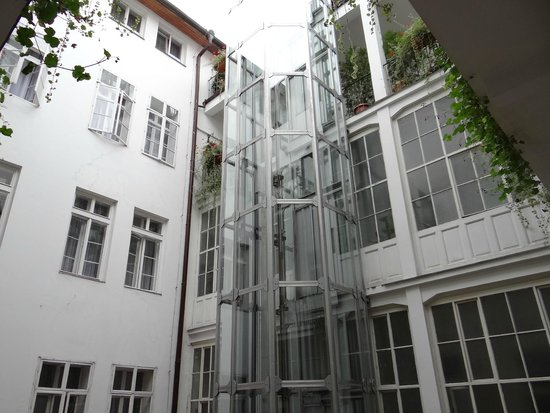 Hotel Salvator: The lift in the inner courtyard