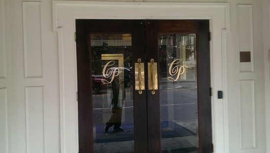 Commonwealth Park Suites Hotel : Front Doors when you walk up