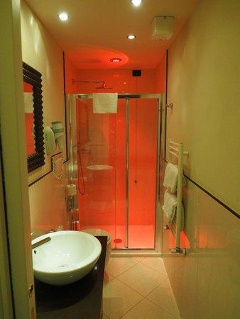 Hotel Milano & Spa : 照明が何色にも変化するバスルーム