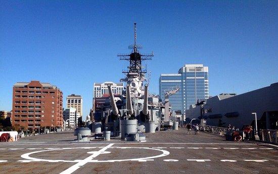 USS Wisconsin : 甲板に居るのに、船の上とも思えない広さに驚きでした。