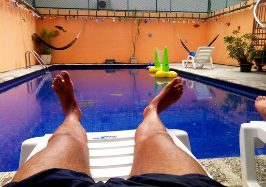 El Machico Hostel: Chilling at the pool before a flight :)