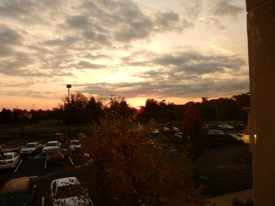 Hampton Inn Springfield South Enfield: Even numbered room - sunrise view