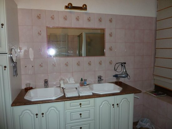 Bize de la Tour : bathroom