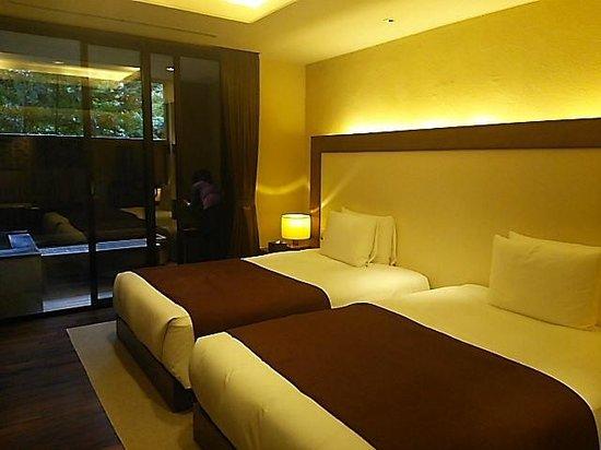 Hakone Suishoen : お部屋も広々としていて快適です!奥に内風呂に直結したシャワールームも有ります!