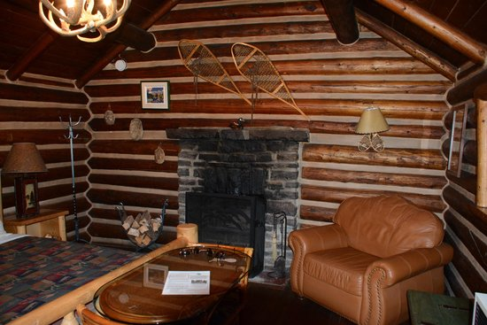 Storm Mountain Lodge & Cabins: Our fireplace