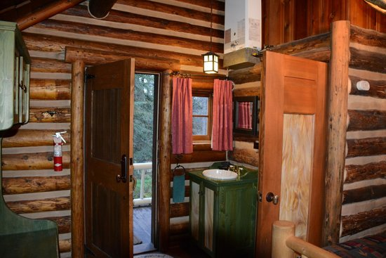 Storm Mountain Lodge & Cabins: Inside our cabin