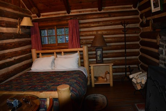 Storm Mountain Lodge & Cabins: Our bed