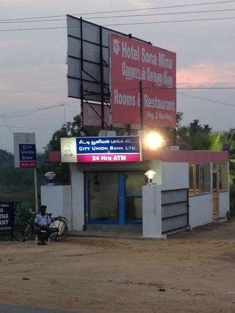 Hotel Sona Mina: ATM located at the entrance