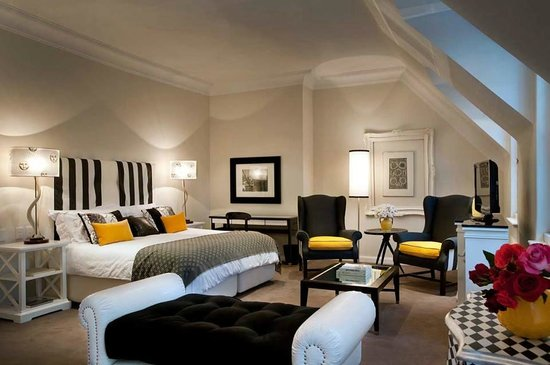 33 Melville Road : Black & Yellow suite. Very spacious and the bathroom is more than I could have asked for