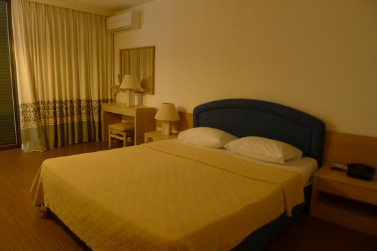 Amalia Hotel Olympia: Wide spaced bedrooms