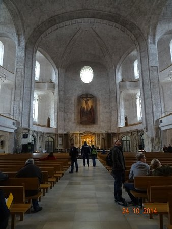 Church of the Holy Cross : Inside