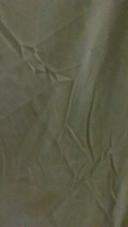 Manaw Thu Kha Hotel: Dirty stained sheets