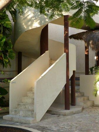 Cabanas Puerto Morelos: Spiral staircase to top floor