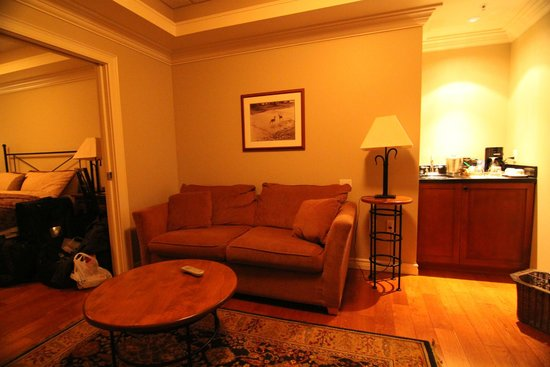 Park Place Inn: lounge and wet bar