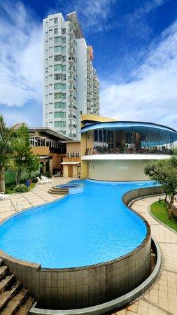 Marbella Suites Bandung: pool sides