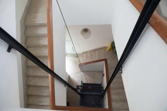 Drift BnB Colombo: Treppenhaus mit Lastenaufzug