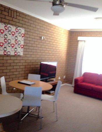 Parkview Motor Inn: Living Room