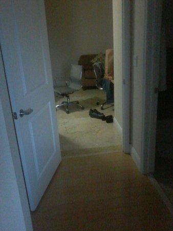 EuroSuites Hotel: Quarto sem carpete!!!