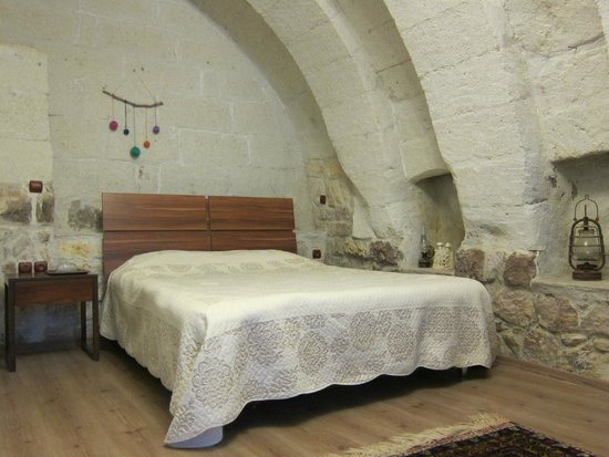 Maron Stone House: Beautiful stone arch room with a double bed and a single bed (unpictured).
