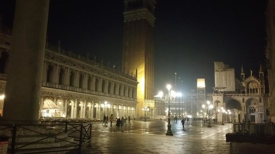 Hotel  Fontana: piazzetta San Marco Night