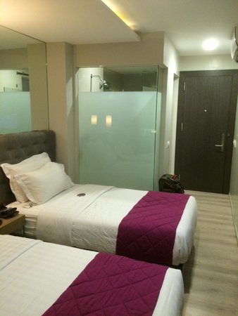 Hotel XYZ: Room towards door