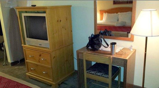 Econo Lodge: Old TV