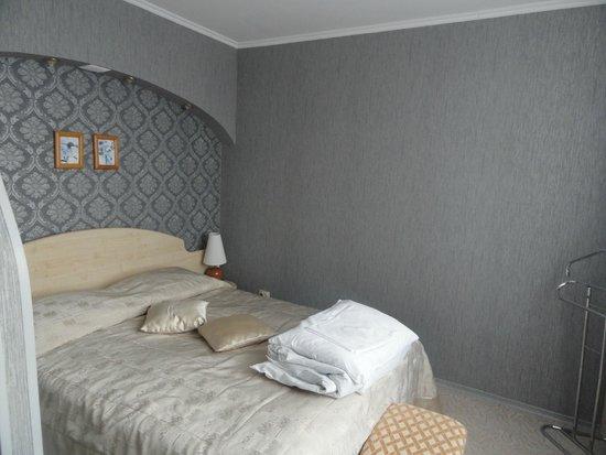 Sadko Hotel: шикарная кровать