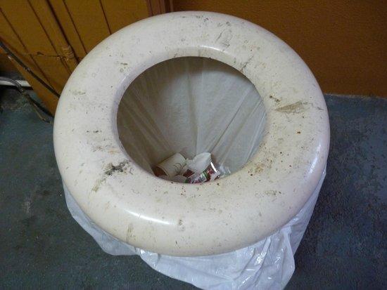 Quality Inn: poubelle dans le couloir