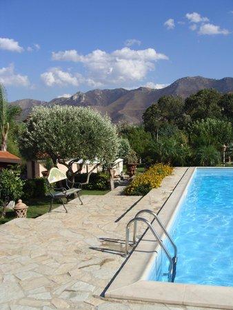 B&B Al Giardino : Le jardin et la piscine