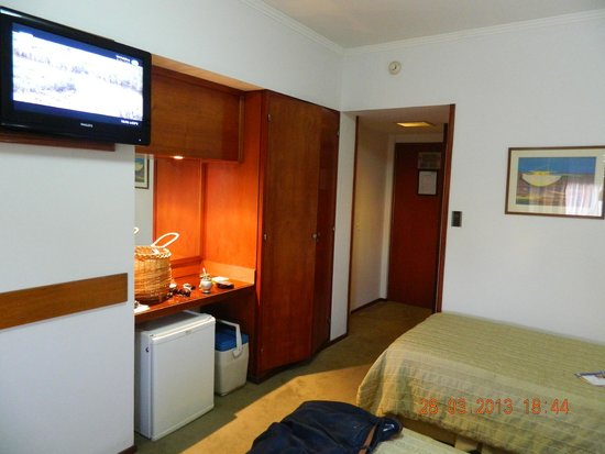 Hotel Dr. César C. Carman: Habitación ( frigobar, ropero, TV, espejo con repisa generosa)
