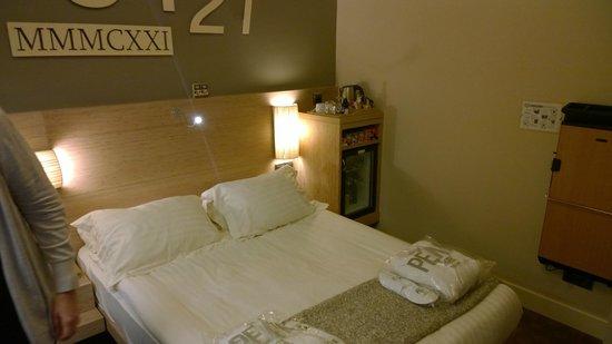 The Peak Hotel : Zimmer 3121 Bett
