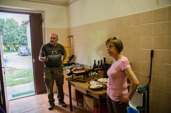 Castiglion Fiorentino, İtalya: The host telling about their farm