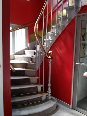 Residence Blanche: Narrow staircases to go up apartment