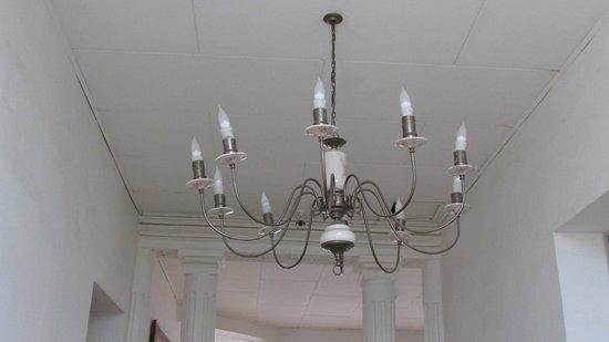 Casa Murillo Hotel : Lampara que ilumina el hall y acceso principal del hotel.