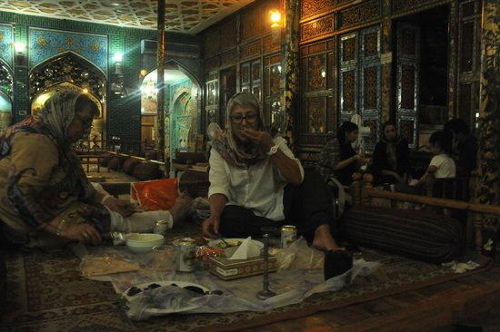 Sofreh Khaneh Sonnati: Cena sul takht (divano letto)