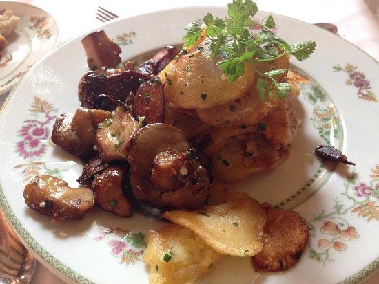 Hotel Restaurant Laborderie: Cèpes et pommes de terre en accompagnement du plat, délicieux