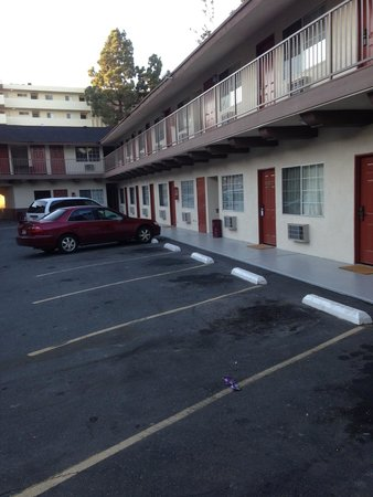 Americas Best Value Inn: Court yard parking!