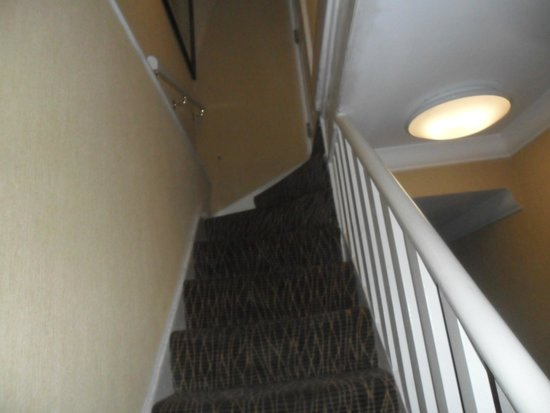 Park Avenue Belgravia: Stairs from our Basement room to Ground floor