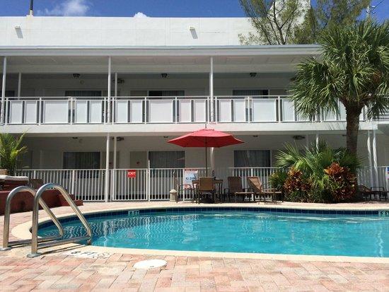 Collins Hotel: Área da piscina/ Apartamento