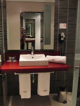 ILUNION Atrium: Sehr stilvolles, modernes Badezimmer